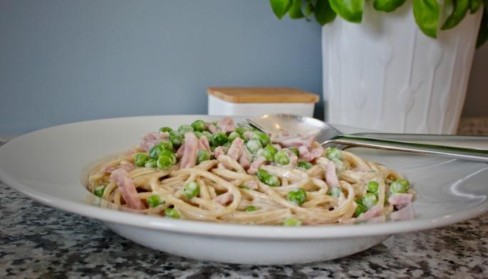 pasta med fløte, skinke og erter