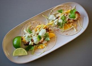 blackened torsk taco coleslaw med mango og avokadosaus ovenfra