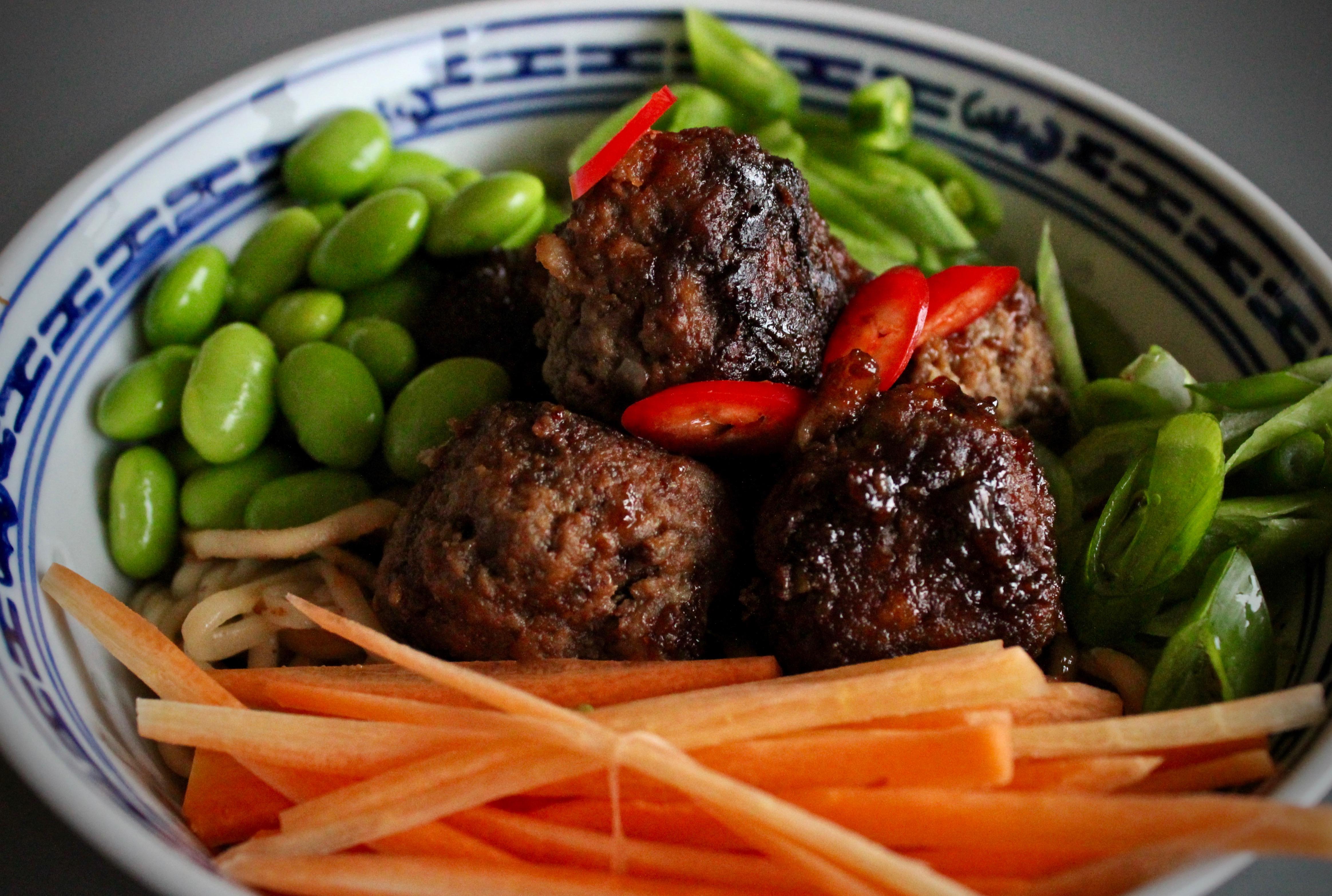 nudler med friske grønnsaker og kjøttboller nærbilde