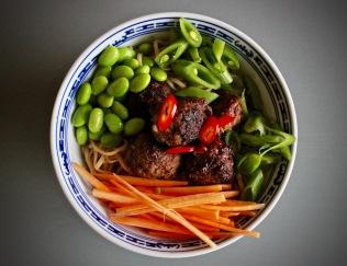 nudler med friske grønnsaker og kjøttboller