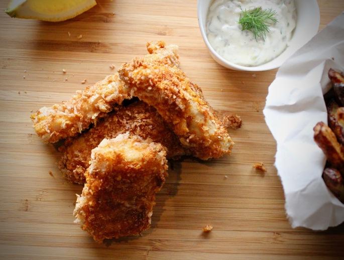 ovnsbakte fiskepinner med tartarsaus ovenfra