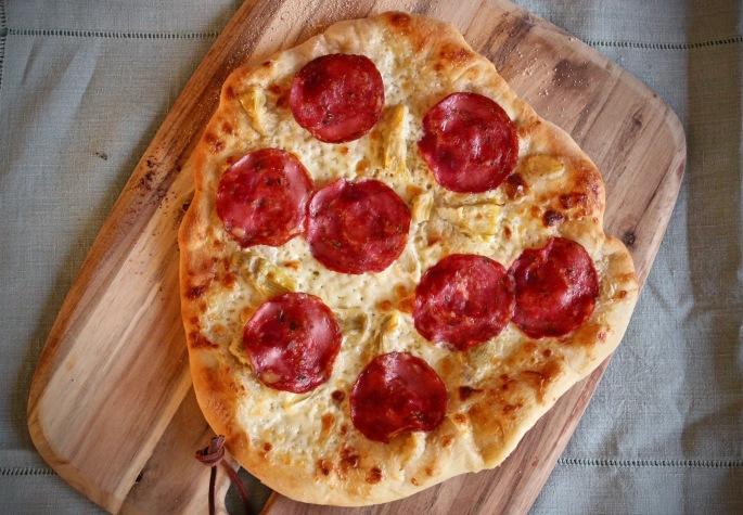 pizza med fennikelsalami og artisjokkhjerter ovenfra