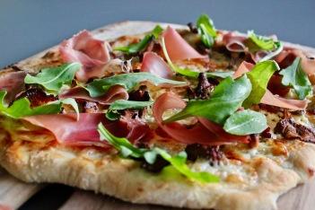 pizza med kantareller, tallegio og spekeskinke nærbilde