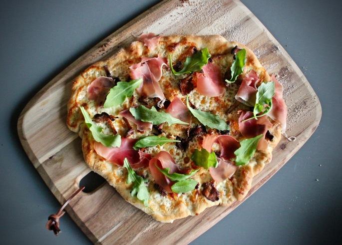 pizza med kantareller, tallegio og spekeskinke ovenfra