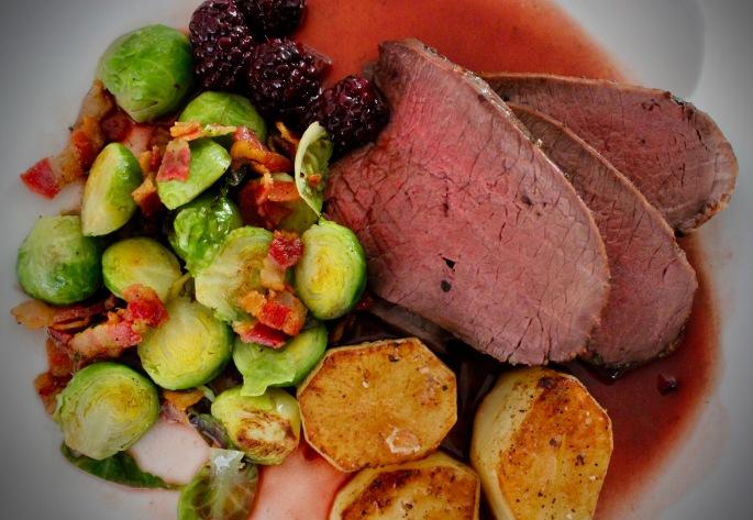 hjortestek med fondantpoteter, rosenkål med bacon og portvin og bjørnebærsaus