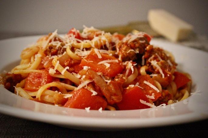 pastasaus med italiensk pølse, paprika og løk