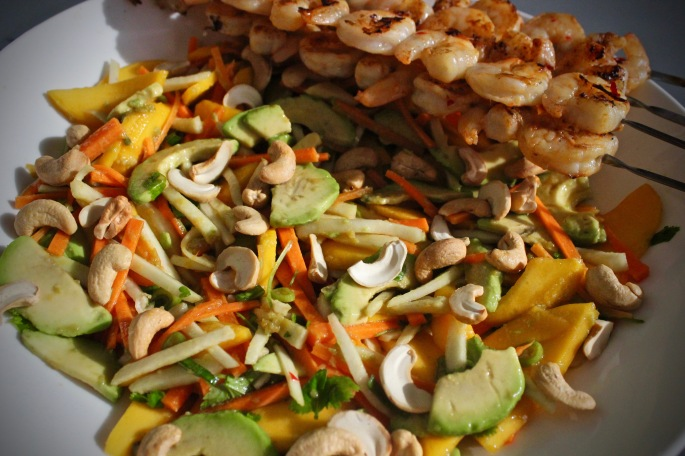 Asiatisk salat mango avokado gulrot kålrot cashewnøtter med grillede reker 3