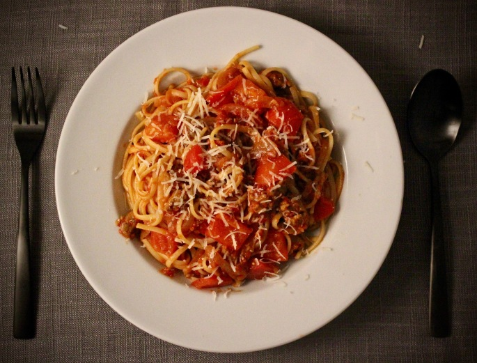 pastasaus med italiensk pølse, paprika og løk ovenfra