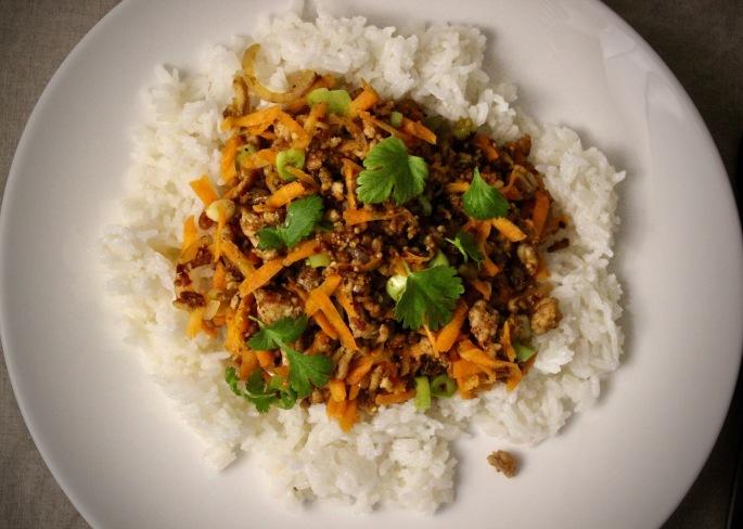 thai larb med svin servert med kokosris
