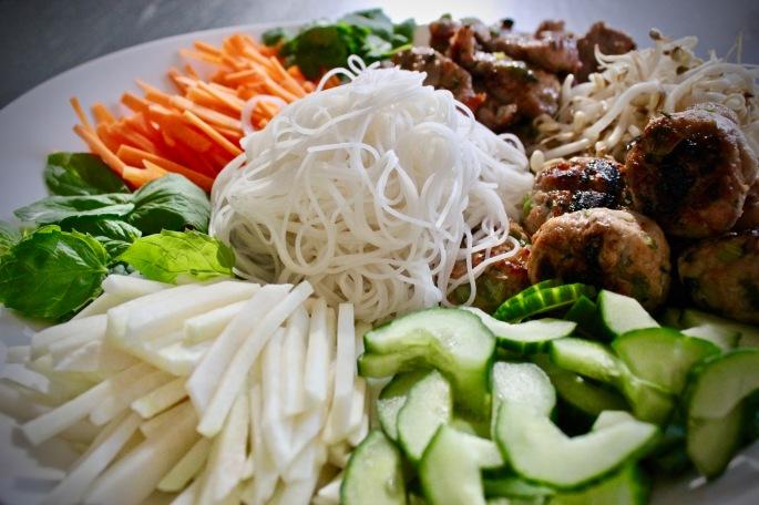 bun cha - vietnamesisk nuddelsalat med svinekjøttboller og grillet svinekjøtt 2