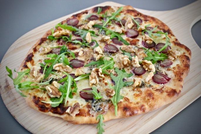 pizza med druer, blåskimmelost og valnøtter 3