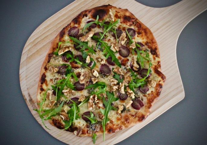 pizza med druer, blåskimmelost og valnøtter