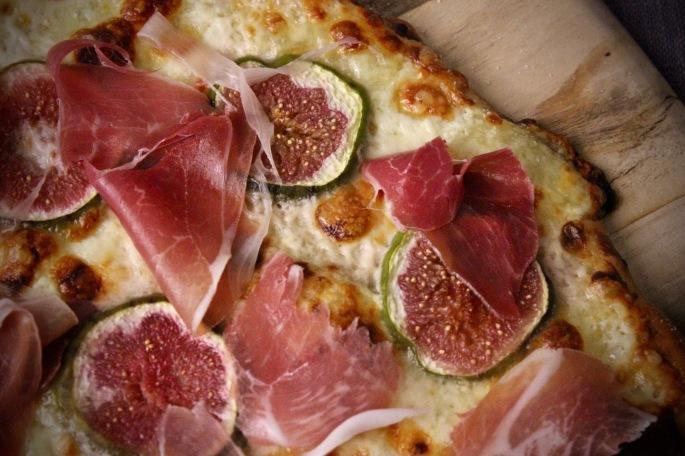 fiken, tallegio og spekeskinkepizza nærbilde