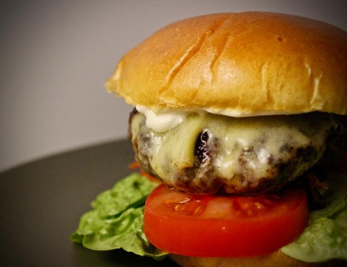 hamburger med gruyere og trøffelmajones