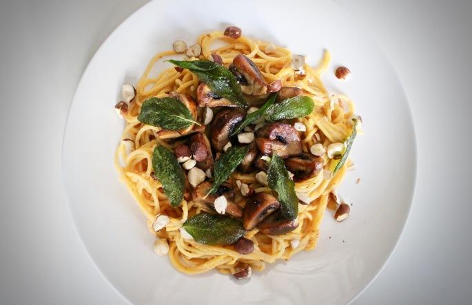 vegetarisk pastasaus av flaskegresskar med sopp, salvie og hasselnøtter vegetarian pasta sauce butternut squash with mushrooms sage and hazelnuts 2