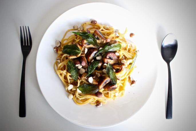 vegetarisk pastasaus av flaskegresskar med sopp, salvie og hasselnøtter vegetarian pasta sauce butternut squash with mushrooms sage and hazelnuts