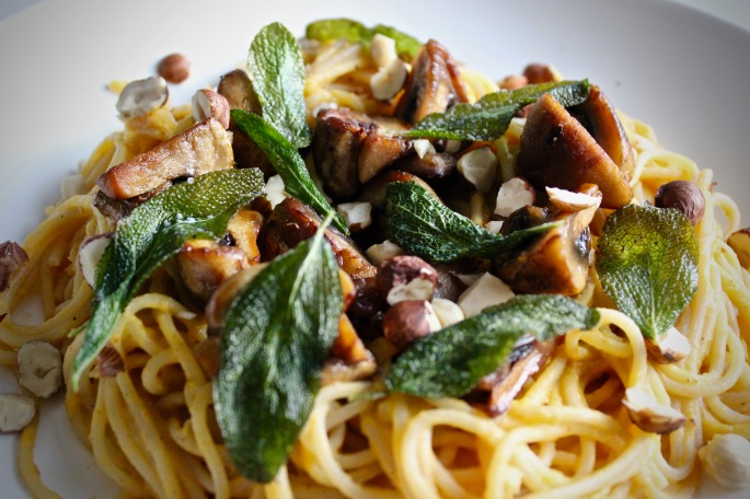 vegetarisk pastasaus av flaskegresskar med sopp, salvie og hasselnøtter vegetarian pasta sauce butternut squash with mushrooms sage and hazelnuts 3