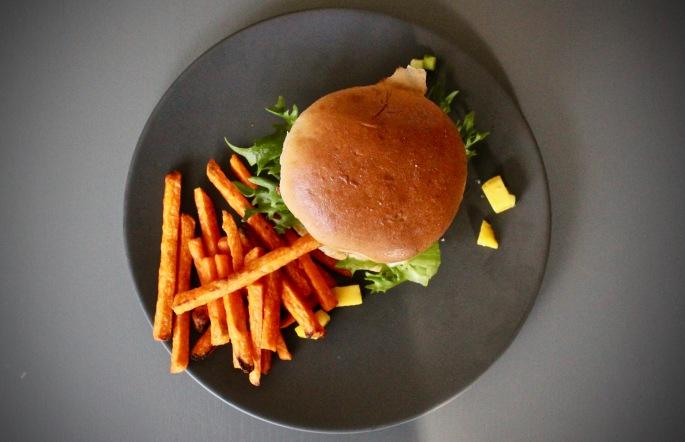 hjemmelaget asiatisk lakseburger mango avokado agurksalat srirachasaus
