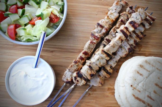 greske grillspyd av svinekoteletter med fetakrem