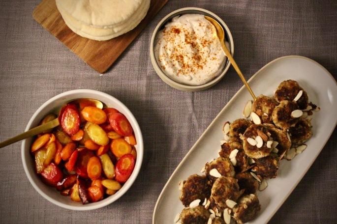 marokkanske kjøttboller med glaserte gulrøtter og harissayoghurt