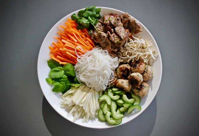 bun cha - vietnamesisk nuddelsalat med svinekjøttboller og grillet svinekjøtt