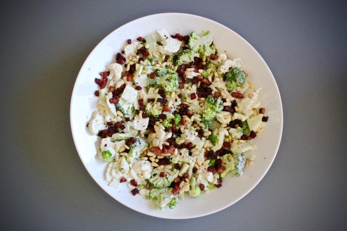 brokkoli og blomkålsalat med epler bacon og pinjekjerner 2