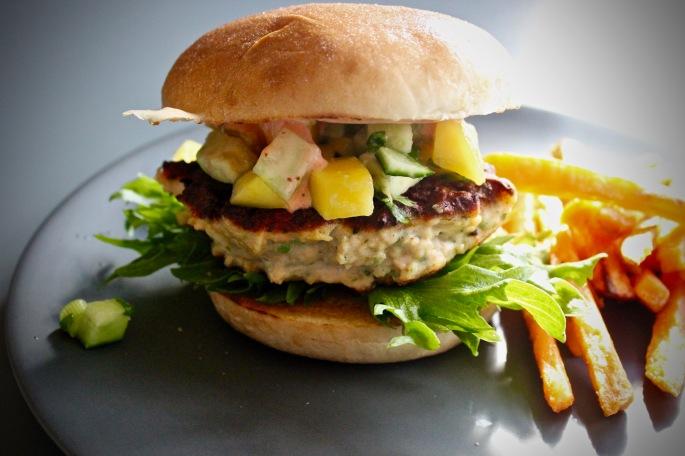 hjemmelaget asiatisk lakseburger mango avokado agurksalat srirachasaus 2